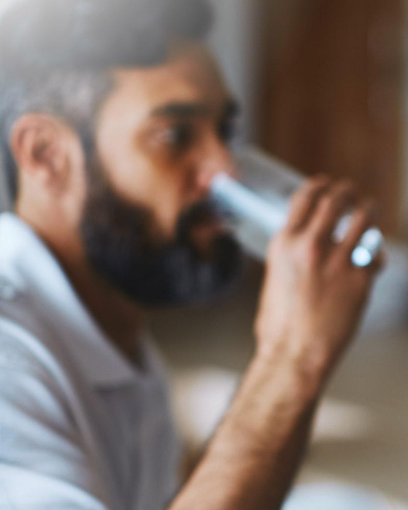 mann-trinkt-wasser-glas-bluuwa-water-solutions