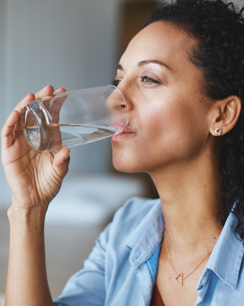 frau-trinkt-wasser-glas-bluuwa-water-solutions