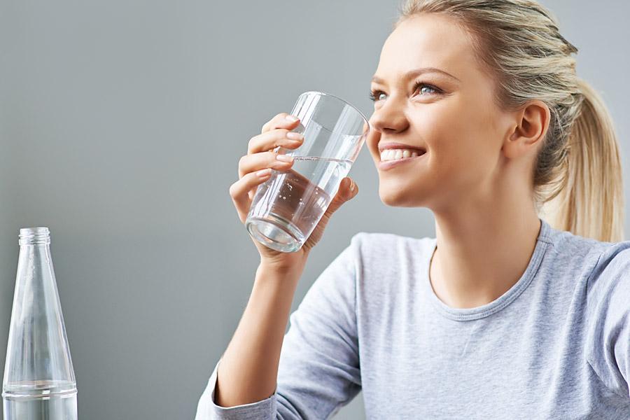 blonde-frau-trinkt-leitungswasser-osmose