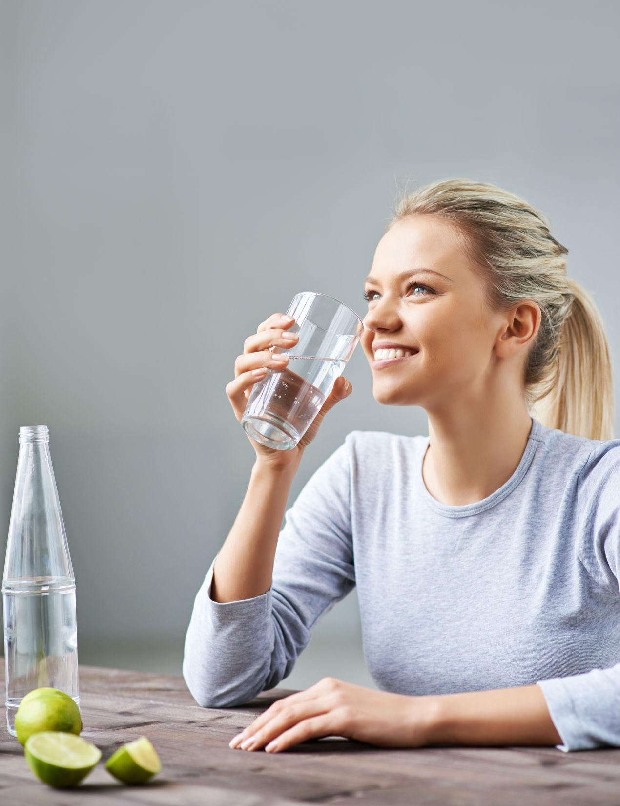glueckliche-frau-trinkt-gesundes-reines-osmose-wasser