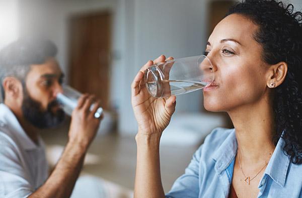 paar-trinkt-wasser-aus-glas-bluuwa-water-solutions